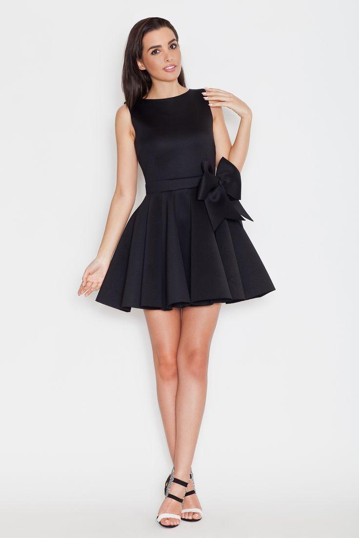Piękna rozkloszowana sukienka w czarnym kolorze
