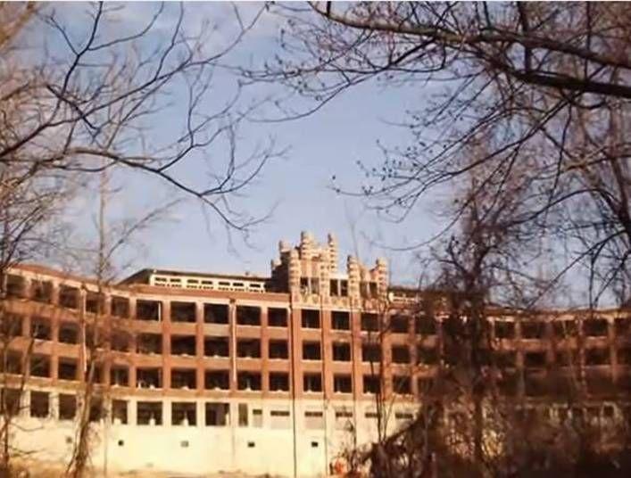 Waverly Hills é considerado o pior sanatório dos Estados Unidos. O lugar abrigava muitos pacientes com tuberculose e foi palco de mais de 63 mil mortes. Hoje é um dos lugares com as histórias e boatos mais tenebrosos do mundo