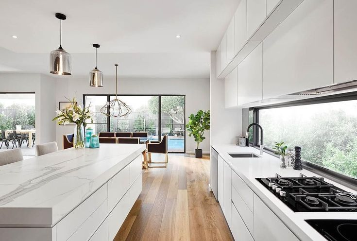Flat White Kitchen Timber Floors Windows Overlooking Pool Flat Floors Kitchen Overlooking Pool Timber White W In 2020 Kuche Holzboden Kuchendesign Kuchen Design
