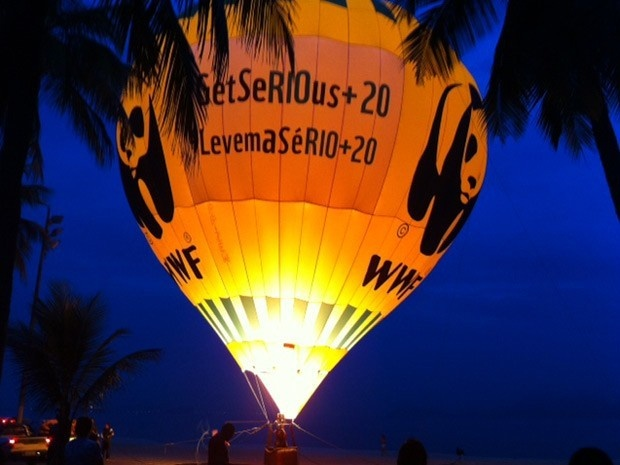 """Balão gigante sobe na Praia do Flamengo e faz alerta a negociadores da Rio+20 """"Levem a sério a Rio+20 (Foto: Alba Valéria Mendonça / G1)"""