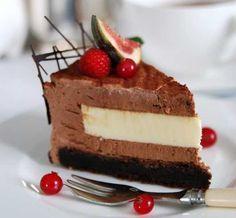 Tårtan görs med fördel ett par dagar i förväg. Förvara tårtan i frysen, ta ut den ur springformen i fryst tillstånd, lägg upp den på fat och låt den tina där. Chokladbotten: Sätt ugnen på 175°. Smörj och mjöla en form med löstagbar kant. Vispa ägg och socker pösigt. Blanda ner de torra ingredienserna och det smälta smöret. Häll smeten i formen. Grädda i cirka 30-35 minuter. Låt svalna.