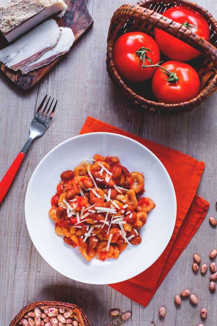 I Pisarei e fasò sono un'antica ricetta Emiliana, costituita da gnocchetti di farina e pangrattato conditi con fagioli, lardo e pomodoro. #Giallozafferano #recipe #ricetta #ricetteregionali