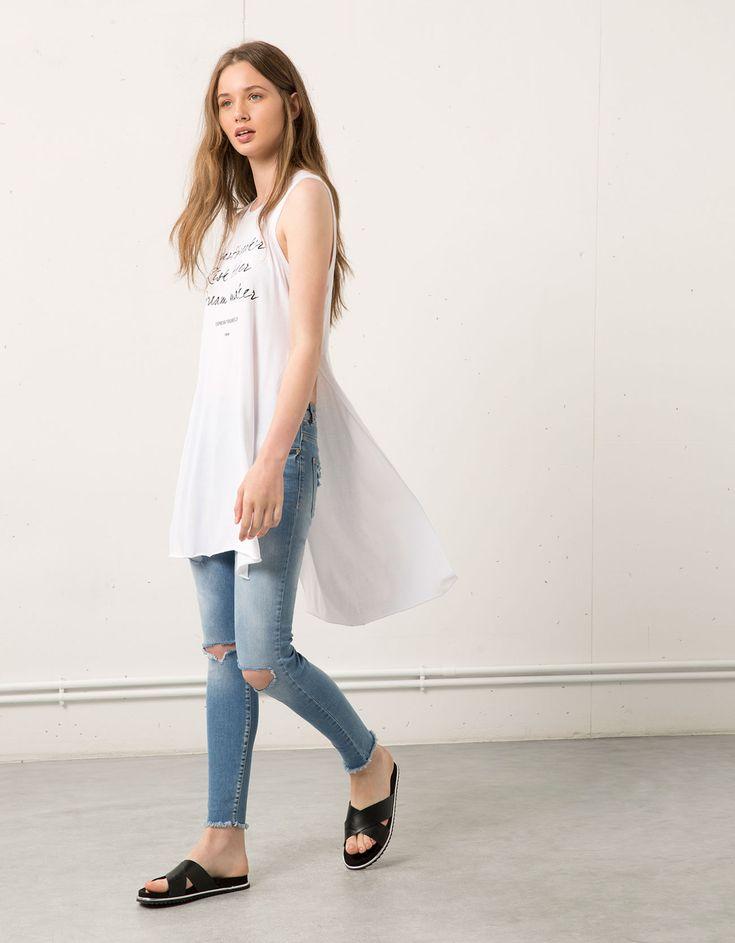 Camisetas extra largas en las novedades de Bershka para esta primavera verano 2015 En #Modalia | http://www.modalia.es/marcas/bershka/7286-bershka-camisetas-tendencia-verano.html #tendencias #verano #mujer #camisetas #original #divertido