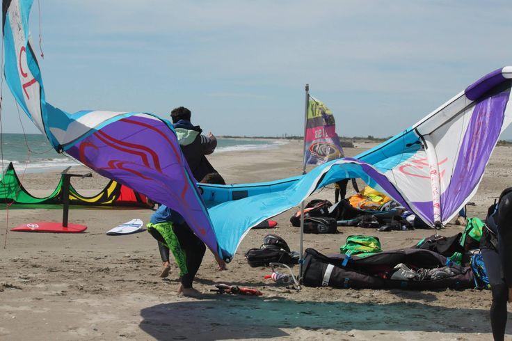 Chaque année le matériel est changé, parfois même en cours de saison, pour profiter des dernières avancées technologiques lors de l'apprentissage du kitesurf !
