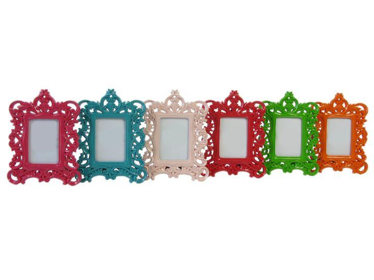 Cea mai colorată prezenţă în gama noastră de decoraţiuni interioare o reprezintă setul de 6 rame foto multicolore în care se pot înrăma poze de dimensiuni 6x9 cm. Aceste rame au un design baroc dar după coloritul lor s-ar încadra cel mai bine în stilul de amenajări interioare preppy.