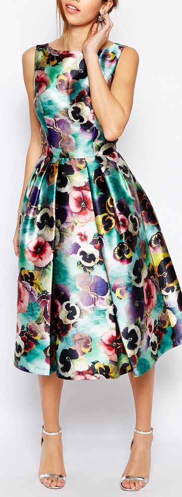 Vestido de tela satinada tipo plateada de flores con tablas a los lados