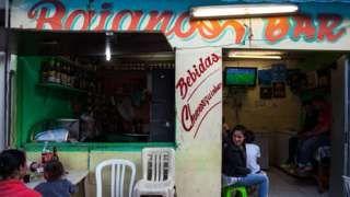 Image copyright                  AFP/Victor Moriyama                  Image caption                                      Si no es fútbol, las televisiones en Argentina suelen tener las noticias policiales en pantallas.                                A juzgar por lo que se ve en la televisión local, Argentina es un país peligroso. Peligrosísimo.  Pero no sól