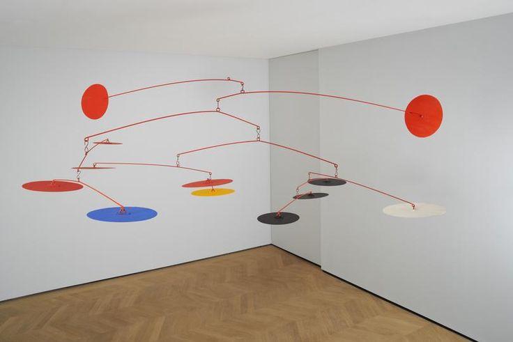 Open - Alexander Calder- Blue and Yellow Among Reds, 1964- Materialen:  geschilderde metalen platen en draad. Dit werk geeft door zijn openheid en kleur een zeer gelukzalig gevoel. Calder is gekend om zijn mobielen en uit eigen ervaring weet ik dat het moeilijk is om een evenwichtig, mooi uitziend mobiel te maken. Calder doet dit perfect, zowel in kleur als in vormgeving. Het werk voelt heel licht, het is in de ruimte, maar het neemt de ruimte niet in, het verrijkt de ruimte enkel.