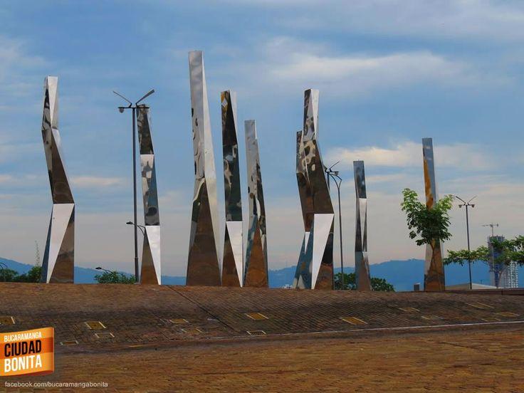 Otra foto que se ha vuelto referencia de nuestra Bucaramanga, las esculturas del parque de Neomundo junto al Cacique Centro Comercial. Gracias Miguel Angel Suarez (https://www.facebook.com/miguel.a.suarez.56) por compartir esta foto.