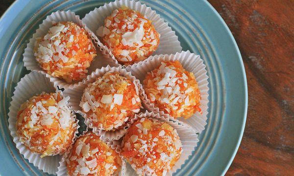 Εύκολα τρουφάκια με καρότο, πορτοκάλι και καρύδα