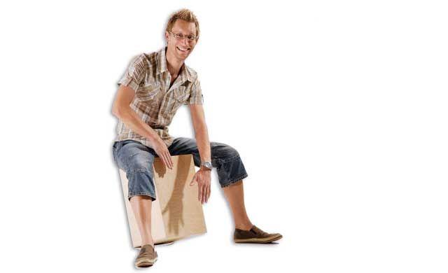 """Unser Bausatz zeigt Schritt für Schritt, wie Sie eine Cajón selber bauen: Viel Spaß beim Bau und Spielen auf der """"Trommel zum Draufsitzen"""""""
