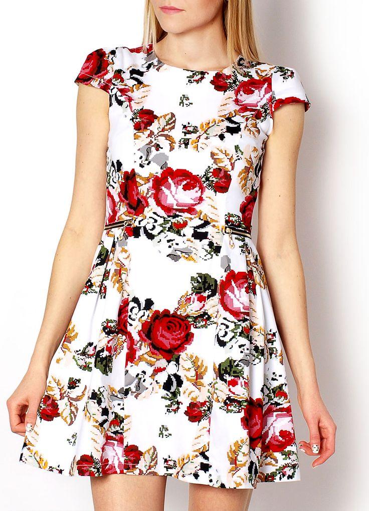 Sukienka z motywem floral, fason rozkloszowany, z tyły kryty zamek, góra dopasowana, małe rękawki, dekolt okrągły, w pasie ozdobne złote zamki.  Materiał Skład: 35% bawełna, 65% poliester Modelka wzrost 175cm, na co dzień nosi S/M, rozmiar z prezentacji produktu 36/S