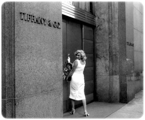 Marilyn Monroe at Tiffany & Co, NYC, 1957 ! OBSESSED WITH THIS PIC! Ohhh marilyn <3 xoxo