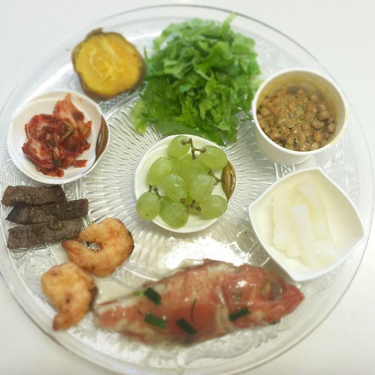 """Dr. Yumi Nishiyama's """"The Original Diet Plate"""" for beauty & health from japanese doctor‼️  Clockwise eating healthy foods from 12 o'clock on a large plate❣️  2016年4月19日の「ドクターにしやま由美式時計回り食べダイエットプレート」:女性医師が栄養バランスを考えた、美味しいプレートのご紹介。  大きめのプレートに、血糖値を急激に上げないように考えた食材を並べ、12時の位置から順番に食べるとても分かり易い方法です。  血糖値を上げないこの食べ方は、身体に優しく栄養補給ができるので健康を維持できます。オリジナルの⭐️西山酵素⭐️も最後に飲みます。  ⭐️美女のスイッチ⭐️⭐️時計周りに食べなさい⭐️の西山由美医師の本もAmazonで購入可。  http://www.momohime-medical.com  #ダイエットプレート #dietplate #にしやま由美がセミナーも開催 #食べて痩せるプレート…"""