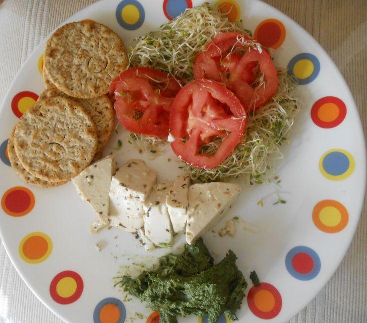 Tofu asado con ensalada de germen de alfalfa y crema de pesto de espinaca.  Fotografía Felisa J. Aguilar