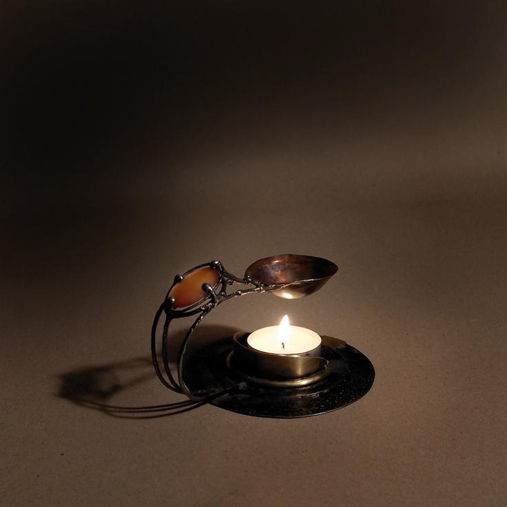 Aromalampa Aura AromalampaAura patří k nové řadě aromalamp. Je zhotovena z železného plechu, silných drátů, mosazi a mědi, zdobí ji oválek z pečlivě vybraného kvalitního achátu. Celková výška je cca8 cm, průměr základny je 10,3 cm, hloubka měděného kalíšku je zhruba 2 cm. Aromalampa Auraje univerzální aromalampa. Proč univerzální? Můžete v ní pálit jak ...