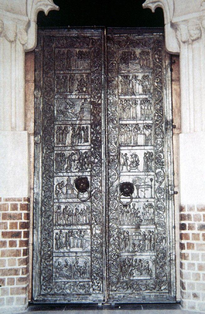 drzwi gnieźnieńskie, ufundowane przez Mieszka III, a więc wnuka Bolesława Chrobrego, pochodzące z XII wieku; jest to odlew z brązu podzielony na 18 kwater przedstawiających żywot św. Wojciecha, otoczonych roślinną bordiurą z postaciami zwierząt i ludzi.