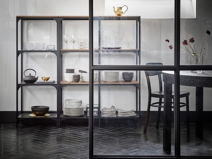 FJÄLLBO hylla hämtar inspiration från 1920-talets rustika industristil, men svarar upp mot dagens moderna förvaringsbehov och miljökrav.