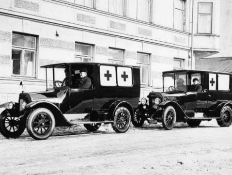 Tuhansien töiden Helsinki   Virkamiehet, opettajat, arkkitehdit, palomiehet, sairaanhoitajat, konemestarit, sihteerit, kätilöt, kirjanpitäjät, insinöörit, vahtimestarit, lasten-hoitajat ja työnjohtajat tekevät töitä kaupungille. Ammatit muuttuvat ja jotkut jopa häviävät, mutta kaupungin peruspalvelut pysyvät.     Vanhoihin aikoihin vie Helsingin kaupungin   kunnalliskalenteri vuodelta 1911.
