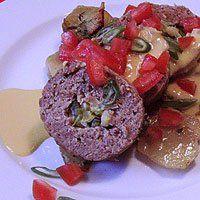 Kesäkurpitsalla ja purjolla täytetty lihamureke, maissikastiketta ja perunavuoka