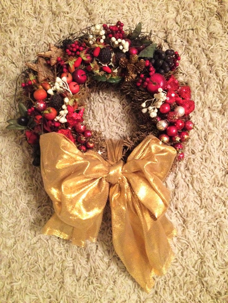 Christmas wreath_with passion fruit_gold bow and pine