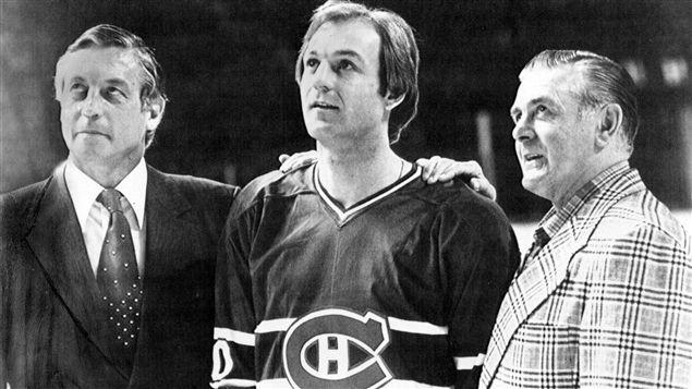 Jean Béliveau, Guy Lafleur et Maurice Richard lors d'une cérémonie au Forum de Montréal, le 12 avril 1979