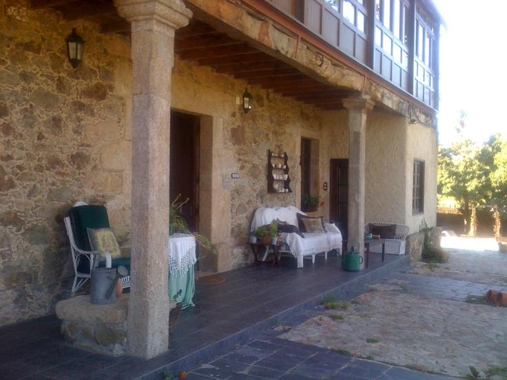 Pazo del S XVII al lado de La Coruña. La solana o corredor acristalado en planta primera, formando un porche sobre la puerta de entrada, se repite en toda la España húmeda de la cornisa cantábrica.