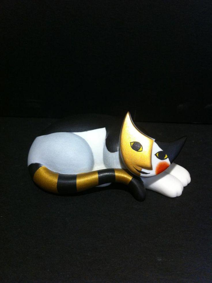 www.elisa-regali.it i bellissimi gatti in porcellana tedesca dipinti a mano, sono prodotti da Goebel. Il disegno è di Rosina Wachtmeister e sono da collezione. Ogni gatto è contenuto in una splendida scatola cilindrica in latta colorata