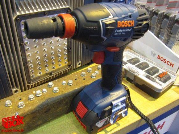 Pour tous ceux qui hésitaient encore entre une boulonneuse et une visseuse à choc, Bosch présentait lors d'Artibat la GDX 18 V-LI Professionnal, mix idéal de ses deux outils électroportatifs!