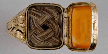 Bague en or, cheveux et cornaline commémorant John Quincy Adams et offert à Robert Charles Winthrop – Etats-Unis, 1848 © Massachusetts Historical Society, don de Clara Bowdoin Winthrop, 1957