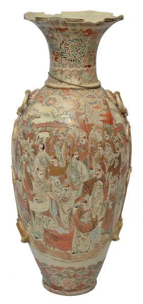 """SATSUMA - Antigo vaso palaciano em porcelana japonesa, circa 1900, com rica policromia e aplicações à folha e fio de ouro, representando """"Sabios e flores"""", borda dobrada. Peça rara de coleção. Med.: 109 cm. Obs.: Apresenta fio de cabelo."""
