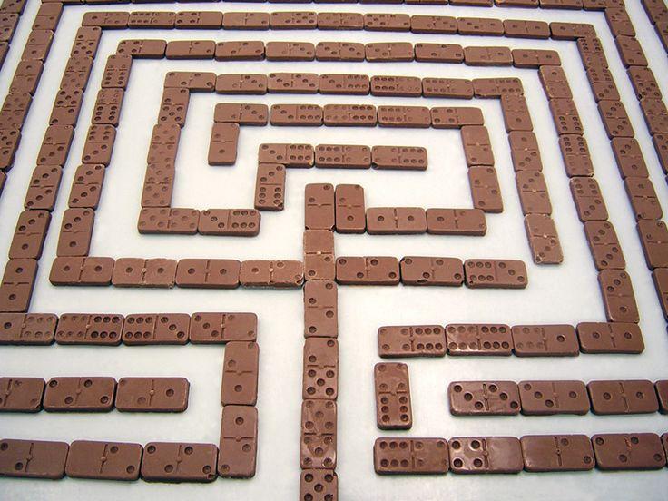 Paz Carvajal | Wonderland chocolate, Laberinto construido de piezas de dominó hechas de chocolate, 2004