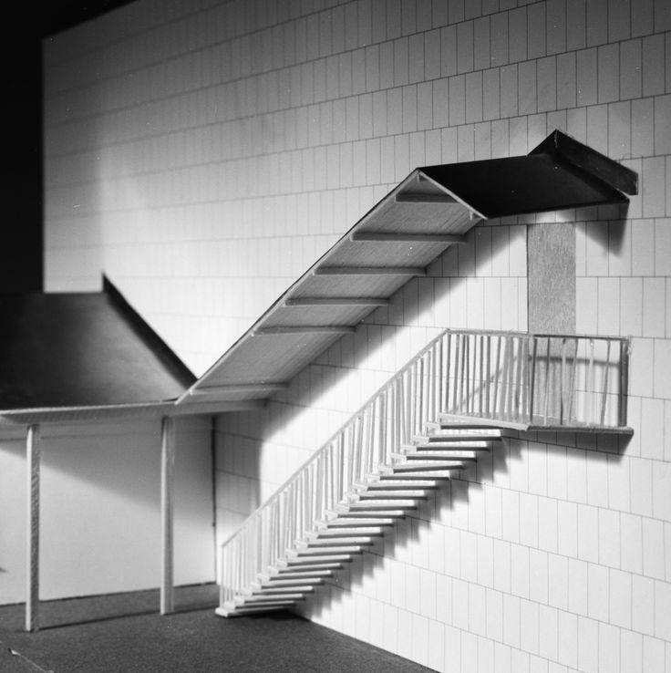 Krematorium i Lund, modell  Exteriör. Modell av kyrka och krematorium, fasad med trappa under skärmtak