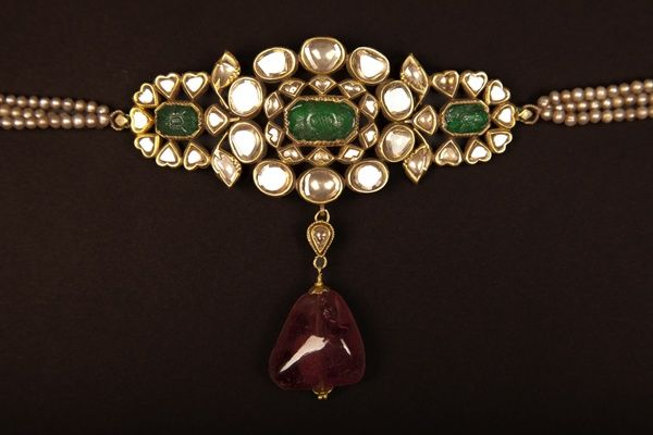 Uncut diamond and emerald armlet can also be used as choker