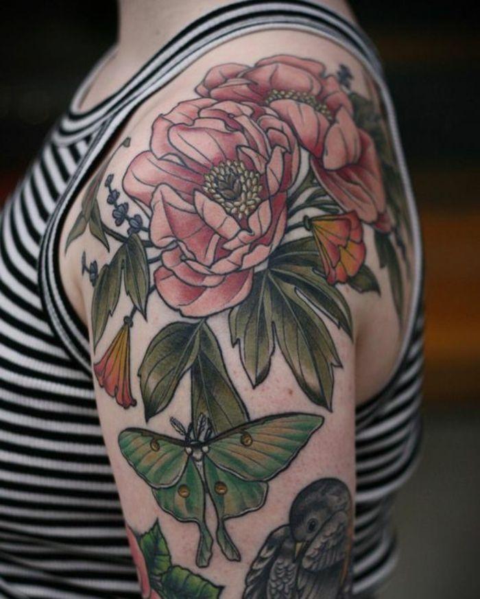 pivoine signification, tatouage coloré exotique sur l'épaule d'une femme, blouse rayée
