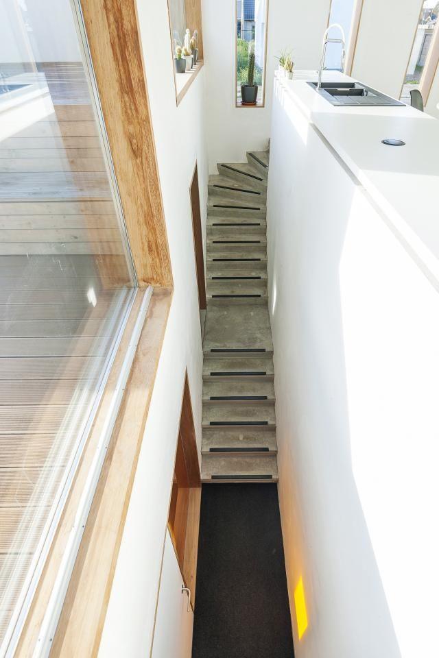 Met zijn opgehoogde benedenverdieping, half-ondergronds nachtgedeelte en…