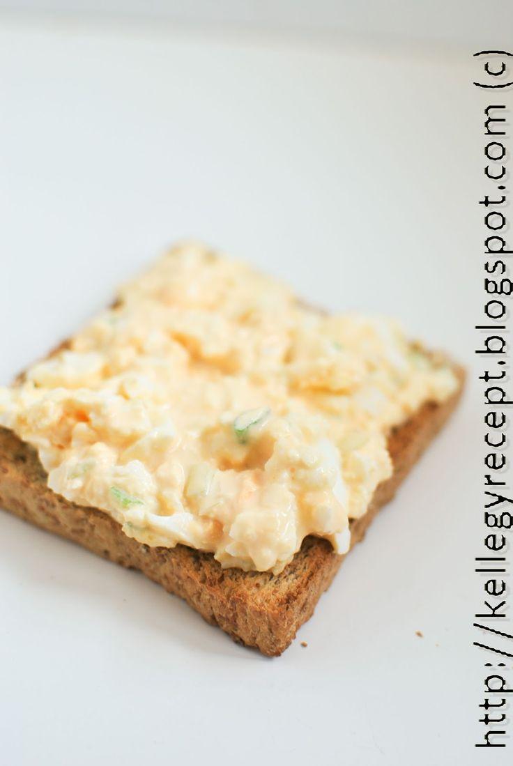Főtt tojás, krémsajt, tejföl, villával összetörve, beleforgatva a karikára vágott újhagyma és egy kis só. Egyszerre csak keveset csinálj, me...