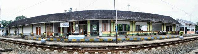Stasiun Dolok Merangir (DMR) adalah stasiun kereta api yang terletak di Dolok Merangir Dua, Dolok Batunanggar, Simalungun. Stasiun ini berada di Divisi Regional 1 Sumatera Utara dan NAD, dan merupakan stasiun KA paling utara yang ada di Kabupaten Simalungun. Stasiun yang berada di antara perkebunan karet dan kelapa sawit ini berukuran cukup besar dibandingkan stasiun lain di lintas Tebing Tinggi-Siantar. Di stasiun ini masih terdapat sisa-sisa menara air untuk lokomotif uap dengan perumahan…