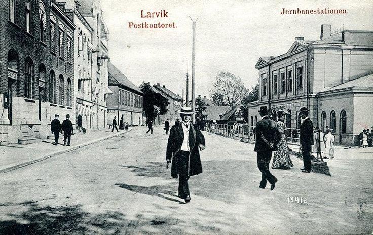 Vestfold fylke Larvik Postkontoret og jernbanestationen. Utg N.F. Jørgensen tidlig 1900-tall