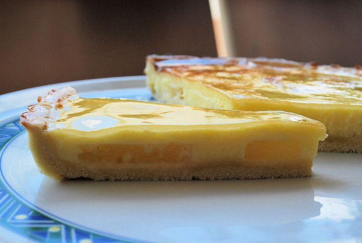 Una crostata di crema arricchita da fette di ananas sciroppato e uno strato di gelatina. Da provare e riprovare, riprovare, riprovare... :)