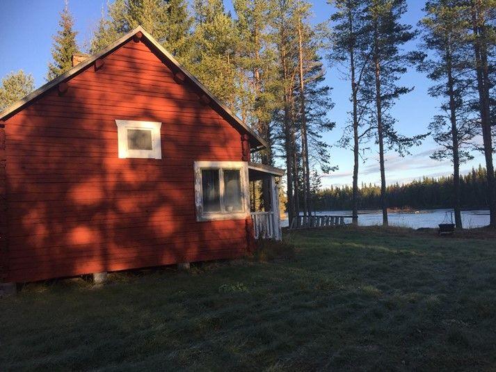 Timrad stuga, perfekt semesterboende för den fiskeintresserade. Endast 20 meter från ån Hårkan och nära många av Jämtlands bra fiskevatten. För att hyra den kan eller läsa mer om stugan, klicka på bilden eller besök oss på https://sverigestugor.eu