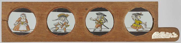Anonymous | Vier dwergen naar Het Dwergentooneel, Anonymous, c. 1710 - 1760 | Vier glaasjes met dwergen in een houten vatting met handvat. Uiterst links: een vrouwelijke dwerg in rode jurk van voren gezien. Rechts daarvan: een wijdbeens staande dwerg met hoed grijpt naar zijn sabel. Rechts daarvan: dwerg met hoed, sabel en puntige snor  maakt een pasje. Uiterst rechts: een vrouwelijke dwerg met hoed en een zakdoek in haar hand maakt een danspasje. Alle behalve de meest rechtse gekopieerd…