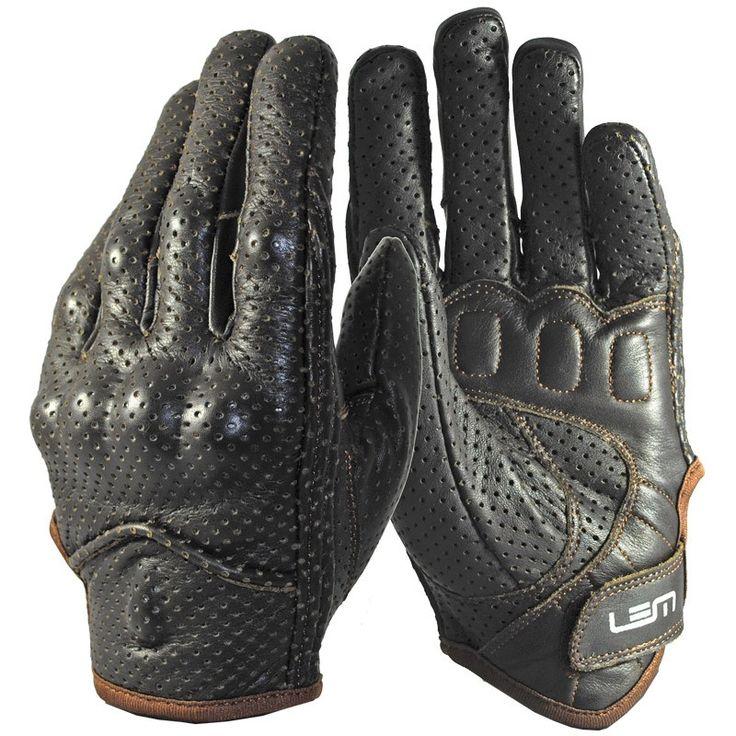Guante Lem Sport Leather, ideal para uso en moto o scooter tanto en ciudad como en trayectos interurbanos -Fabricado en piel totalmente perforada -Refuerzos dobles antideslizantes en palma -Cierre de velcro en muñeca  -Protecciones rígidas en nudillos y dedos