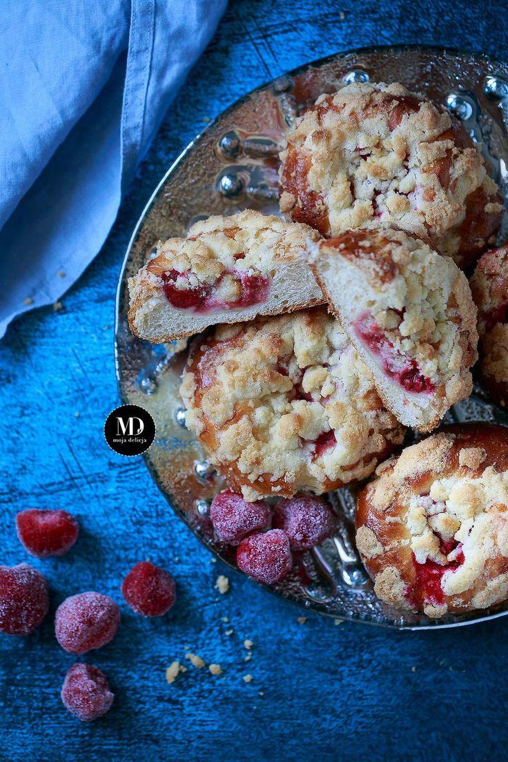 Drożdżówki z truskawkami i kruszonką (z mrożonymi truskawkami) // Homemade brioche buns with strawberries  and crumble.