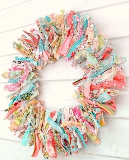 Tutorial for adorable no sew wreath. Perfect for spring and SO easy. Just use extra scraps to create any colors or themes.