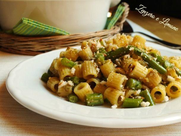 Questi ditaloni con fagiolini sono conditi con un sugo saporito e cosparsi da un abbondante trito di mollica croccante. Un primo piatto semplice e goloso.