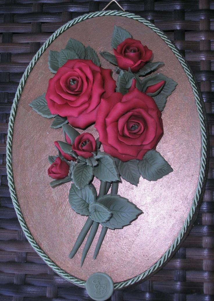 Ovale con rose rosse in pasta di mais e sfondo simil bronzo