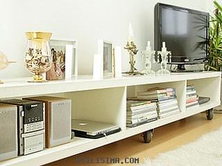 Este mueble sigue las líneas de la decoración moderna y es especial para el televisor, el equipo de sonido y un par de libros. Además, tiene lugar para objetos personales que trasmiten sentimientos particulares.