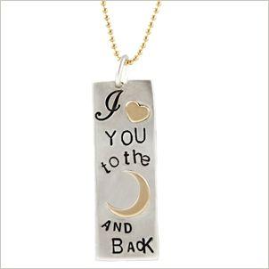 Zilveren met gouden hanger met de tekst I love you to the moon and back.