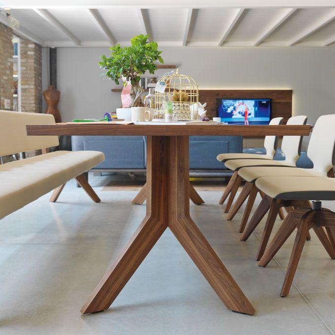 yps vaste tafel met karakteristieke Y-vormige poten